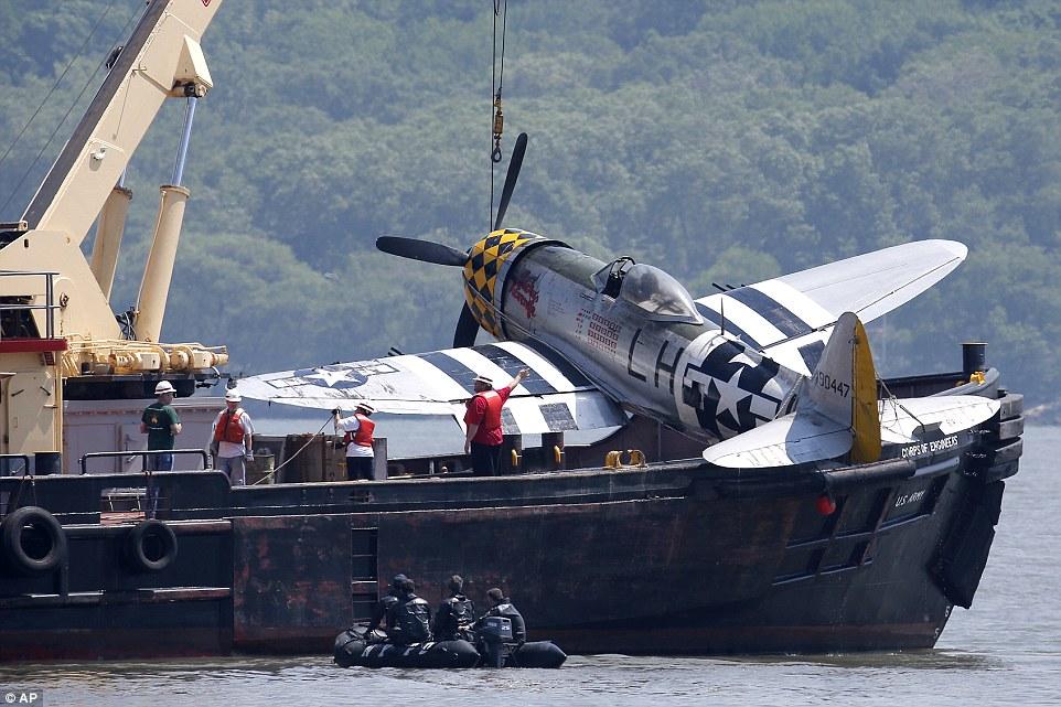 """""""การกู้เครื่องบิน P-47 ธันเดอร์โบลต์ ขึ้นจากแม่น้ำฮัดสัน หลังเหตุการเครื่องบินตก วันที่ 28 พฤษภาคม 2559 และนักบินเสียชีวิต"""""""